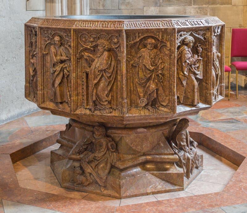Viena - una parte más inferior del baptisterio de mármol gótico de la catedral o de Stephansdom del St Stephens en capilla del st foto de archivo