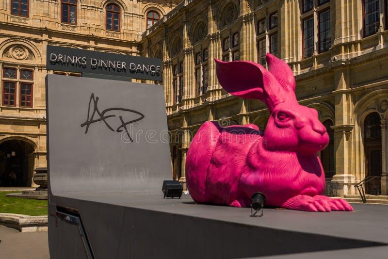 Viena, ?ustria Uma lebre cor-de-rosa decorativa enorme no fundo da Viena Opera perto da passagem do restaurante de Albertina no imagens de stock