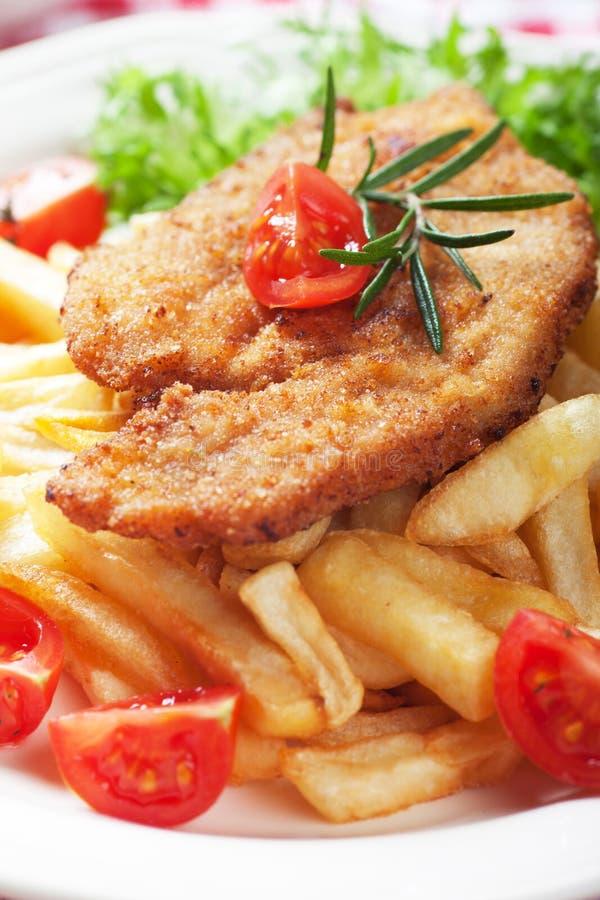 Viener-Schnitzel, paniertes Steak mit Pommes-Frites lizenzfreies stockfoto