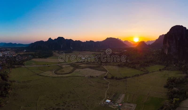 Κεραία: Προορισμός ταξιδιού Vieng Vang backpacker στο Λάος, Ασία Ηλιοβασίλεμα πέρα από τους φυσικούς απότομους βράχους και τις πυ στοκ εικόνα