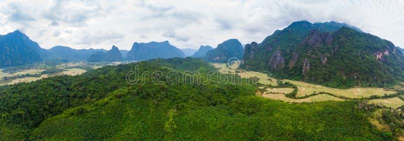 Κεραία: Προορισμός ταξιδιού Vieng Vang backpacker στο Λάος, Ασία Δραματικός ουρανός πέρα από τους φυσικούς απότομους βράχους και  στοκ εικόνες με δικαίωμα ελεύθερης χρήσης