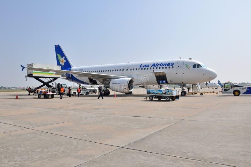 VIENGTIANE - DECEMBER 31: Lao Airlines nivåparkering på portväg royaltyfria bilder