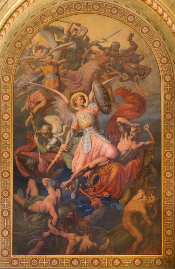 Vienna - arcangelo Michael e guerra con la cattiva scena di angeli da Leopold Kupelwieser dal 1860 nella navata della chiesa di Al immagine stock