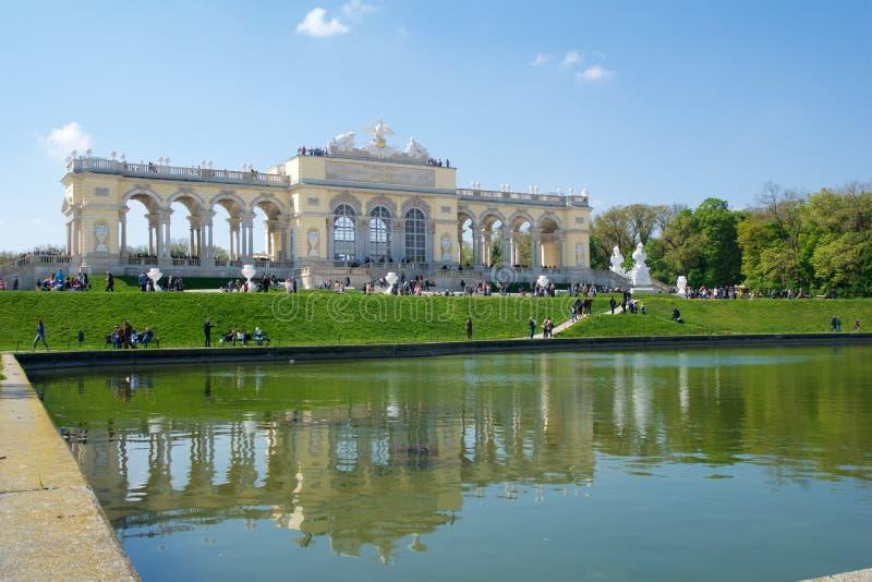 VIENNA, AUSTRIA - 29 aprile 2017: Il Gloriette alloggia un caffè e una piattaforma di osservazione di cui fornisce le viste panor immagine stock