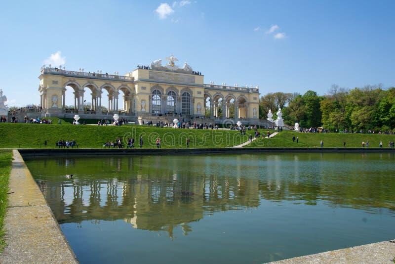 VIENNA, AUSTRIA - 29 aprile 2017: Il Gloriette alloggia un caffè e una piattaforma di osservazione di cui fornisce le viste panor fotografia stock