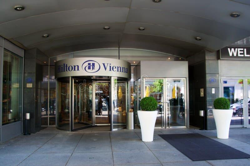 VIENNA, AUSTRIA - 30 aprile 2017: Il logo sopra l'entrata principale di Hilton Vienna Hotel in Wien, cinque star l'hotel fotografia stock
