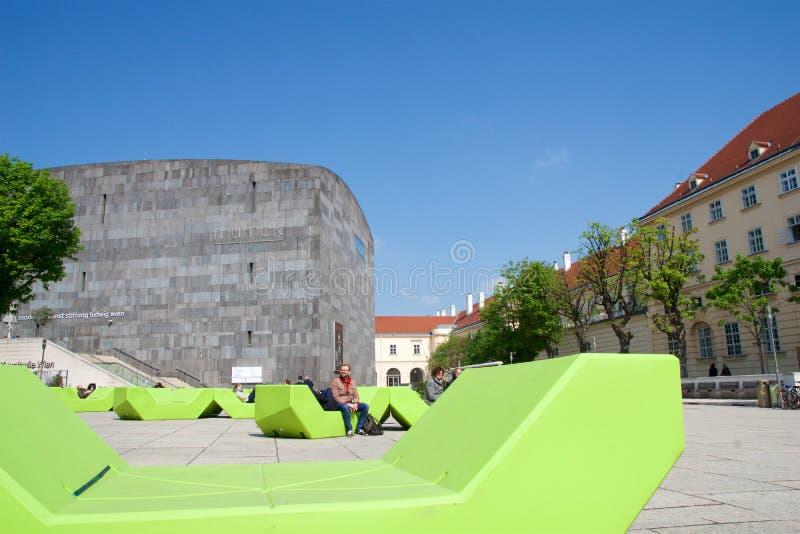 VIENNA, AUSTRIA - 29 aprile 2017: Museo Kunst moderno - museo di Mumok di arte moderna nel Museumquartier con i giovani fotografia stock libera da diritti