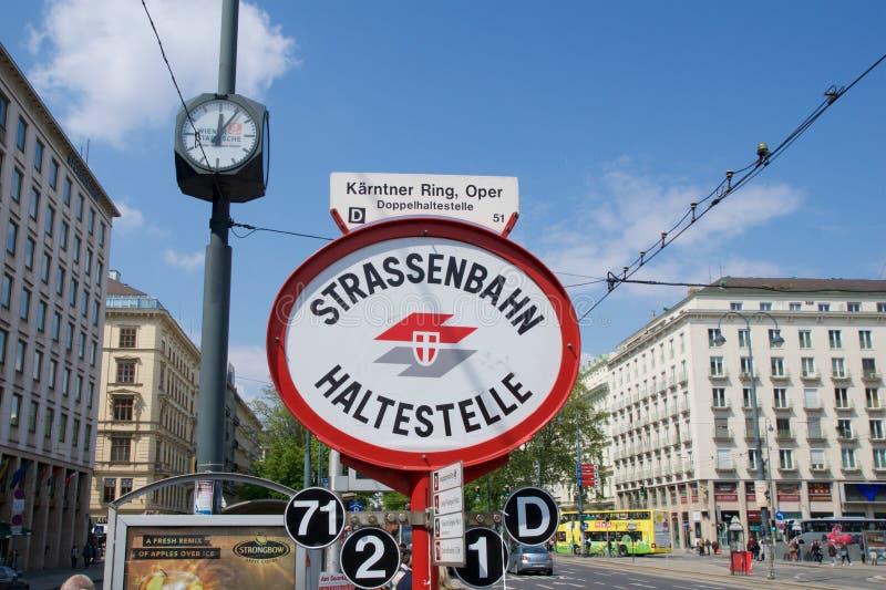 VIENNA, AUSTRIA - 30 aprile 2017: Segno per la fermata all'opera, Strassenbahn Haltestelle Wien del tram immagini stock libere da diritti