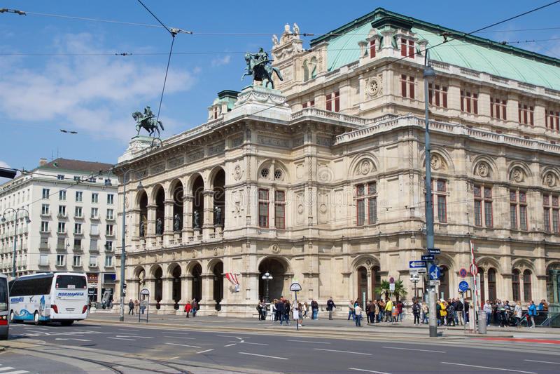 VIENNA, AUSTRIA - 29 aprile 2017: Traffico di veicoli davanti all'opera famosa e storica Staatsoper di casa dello stato dentro fotografie stock libere da diritti