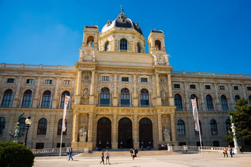 Vienna, Austria: Elefante bronzeo alla costruzione del museo di Kunsthistorisches, museo di Art History sul quadrato di Maria immagini stock libere da diritti