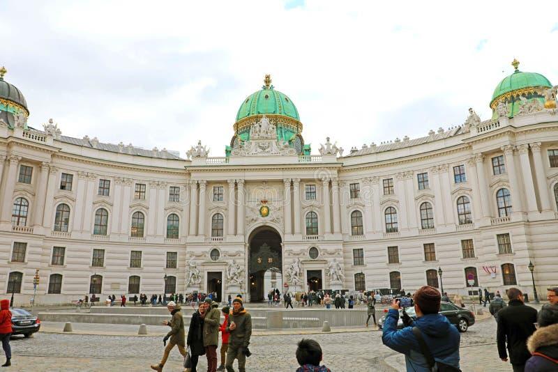 VIENNA, AUSTRIA - 8 GENNAIO 2019: i turisti prende l'immagine davanti al palazzo di Hofburg sul quadrato Michaelerplatz di St Mic immagine stock