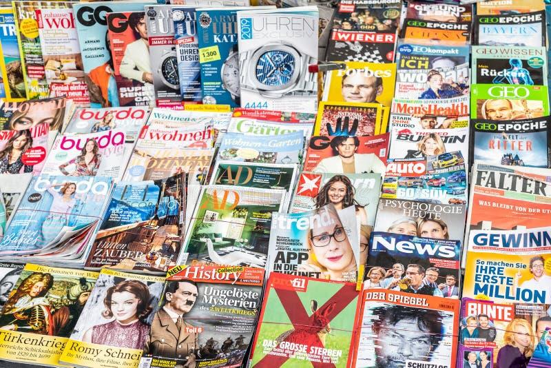 Vienna, Austria - 15 gennaio 2019: Scaffale di rivista variopinto sulla via di Vienna Stampa quotidiana di media stampati sulle l fotografia stock