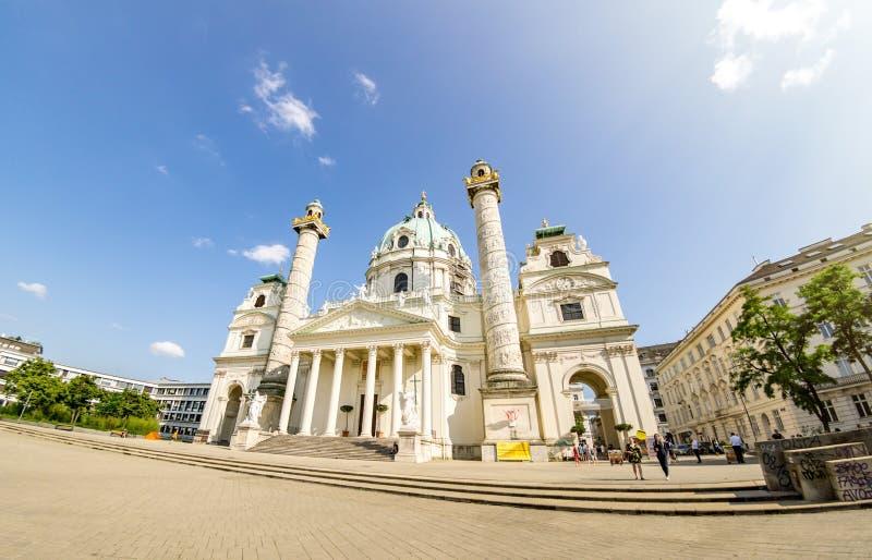 Vienna, Austria - 7 giugno 2019: La st Charles Church Karlskirche, è una chiesa barrocco situata sul lato sud di Karlsplatz dentr fotografia stock libera da diritti