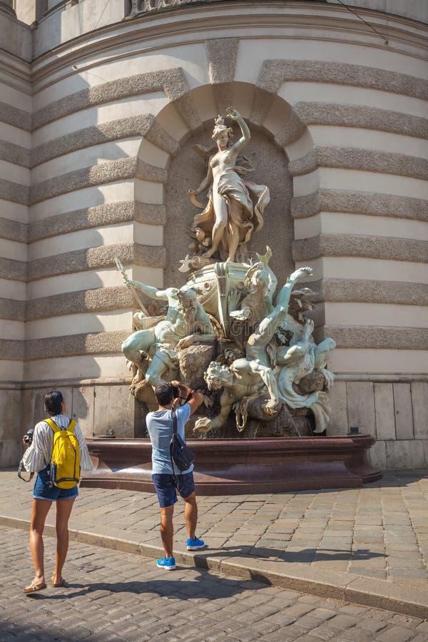 Vienna, Austria - 19 08 2018: La fontana davanti a Hofburg P fotografie stock libere da diritti