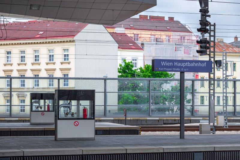 VIENNA, AUSTRIA - 27 MAGGIO: Il bordo del segno di Wien Hauptbahnhof sulla stazione ferroviaria principale dell'austriaco di Vien fotografia stock libera da diritti