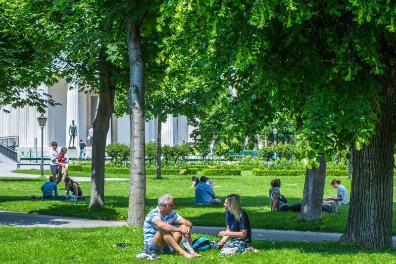 VIENNA, AUSTRIA - 26 MAGGIO: La gente ? riposante e rilassantesi nel parco pubblico di Volksgarten nel giorno soleggiato caldo a  immagini stock libere da diritti