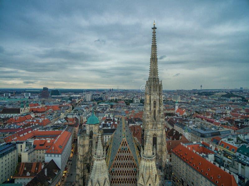 VIENNA, AUSTRIA - 8 OTTOBRE 2016: Cattedrale del ` s di St Stephen a Vienna, Austria Tetto e paesaggio urbano nel fondo fotografie stock