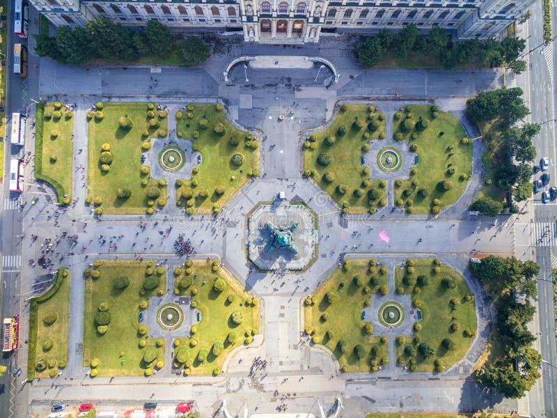 VIENNA, AUSTRIA - 7 OTTOBRE 2016: Museo di storia naturale e di Maria Theresien Platz Grande piazza pubblica a Vienna, Austria fotografia stock libera da diritti