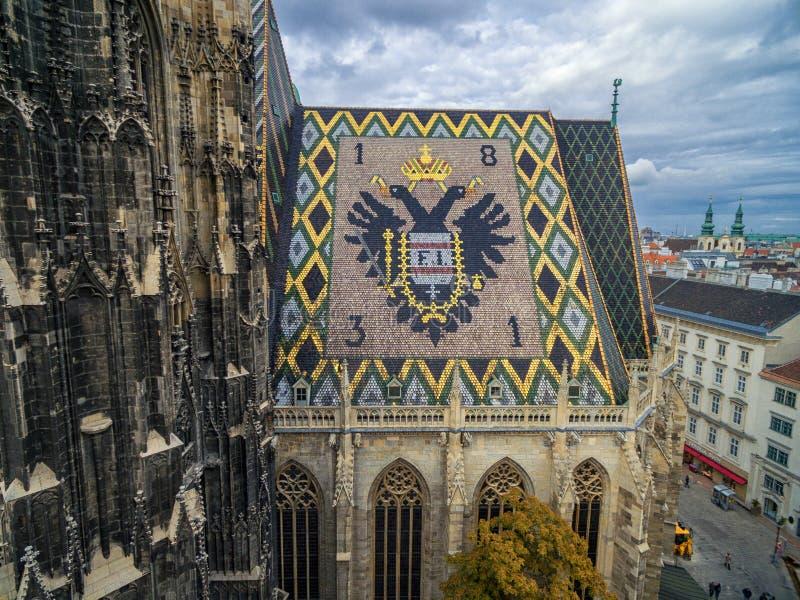 VIENNA, AUSTRIA - 10 OTTOBRE 2016: Torre e tetto della cattedrale del ` s di St Stephen, Vienna, Austria immagini stock libere da diritti