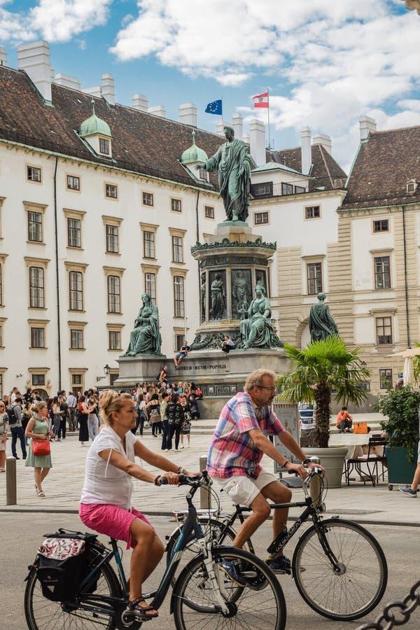 Vienna, Austria - 15 settembre, 2019: Coppie del motociclista davanti al monumento a Francis II in un cortile circondato di fotografie stock libere da diritti
