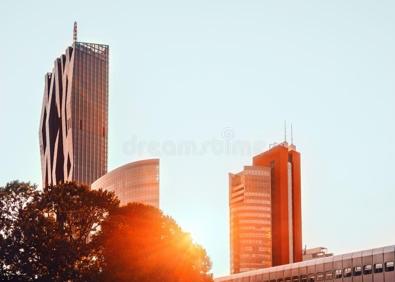 Vienna, Austria Tramonto sopra i nuovi grattacieli della città in Donaucity fotografie stock libere da diritti
