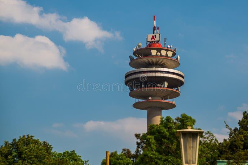VIENNA, AUSTRIA: Vista del gruppo della torre A1 Telekom Austria di telecomunicazione, dal binario della stazione ferroviaria pri fotografia stock libera da diritti