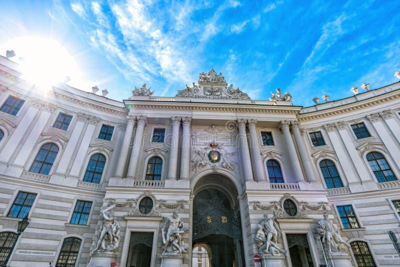 Vienna, Austria Vista del palazzo di Hofburg al giorno soleggiato con i turisti immagini stock libere da diritti