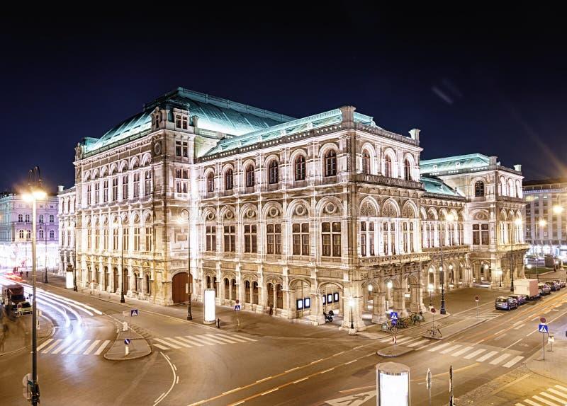Vienna& x27; teatro da ópera na noite, Áustria do estado de s fotos de stock royalty free