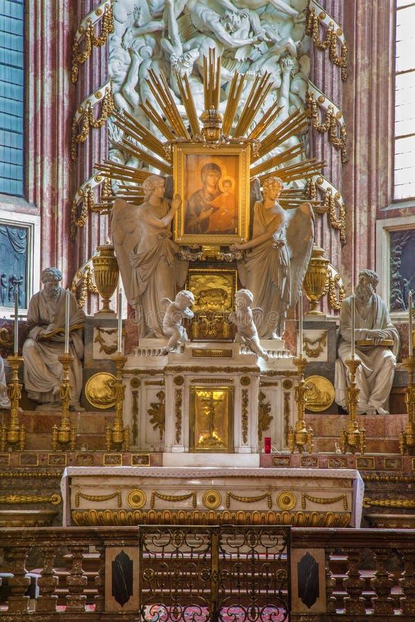 Vienne - autel principal baroque dans l'église de Michaelerkirche ou de St Michael s photos libres de droits
