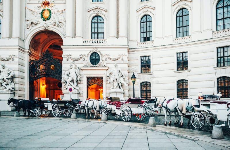 Vienne, Autriche Chariots de cheval par l'entrée principale de palais de Hofburg photo libre de droits