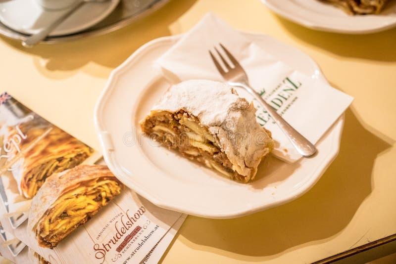 Vienne, Autriche - décembre 2017 : Attr de touristes de Strudelshow de saucisse photos libres de droits