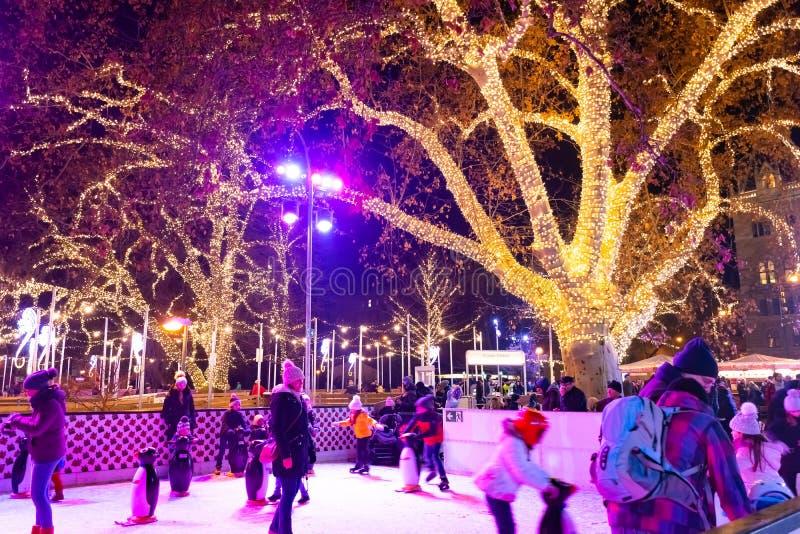 VIENNE, AUTRICHE - 18 DÉCEMBRE 2018 : Les gens presque patinant à la patinoire près du palais de Rathaus au marché de Noël de fam image stock