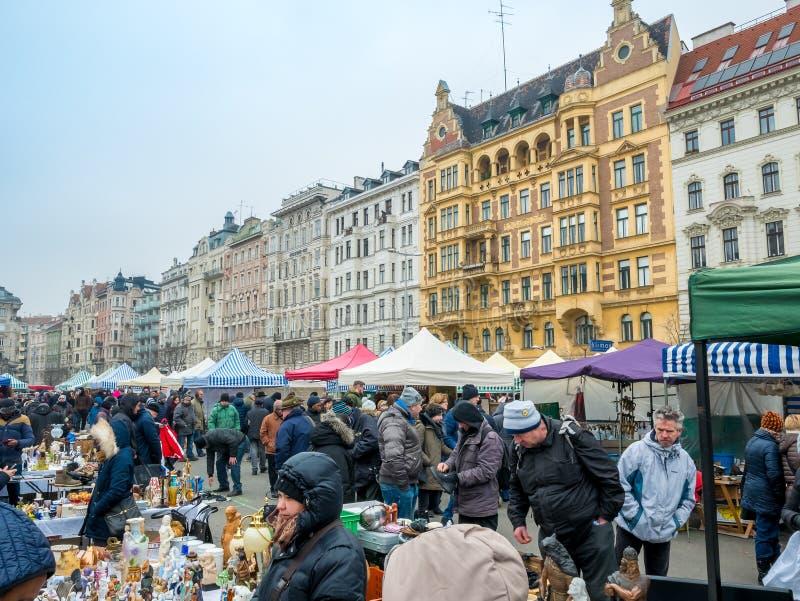 VIENNE, AUTRICHE - FÉVRIER 2018 : Naschmarkt est marché aux puces le week-end du marché de les plus populaires à Vienne, Autriche images stock