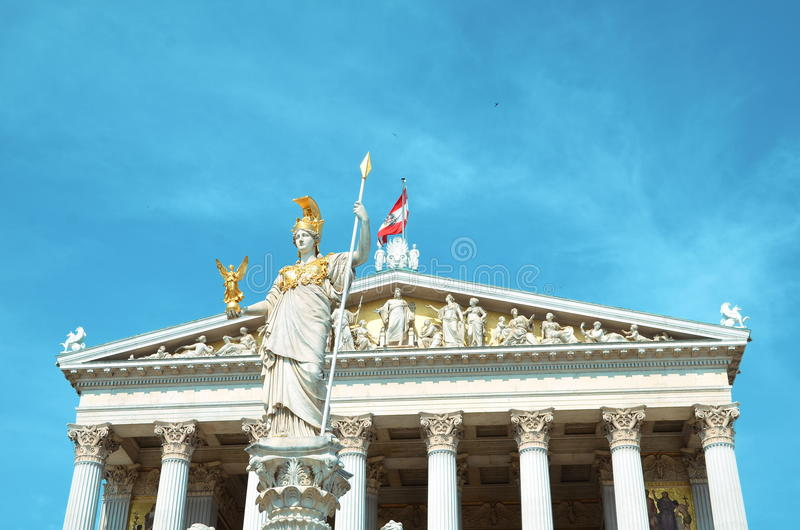 Vienne, Autriche - 26 juillet 2014 : Coordonnée d'Athena Fountain devant le bâtiment autrichien du Parlement à Vienne photographie stock libre de droits