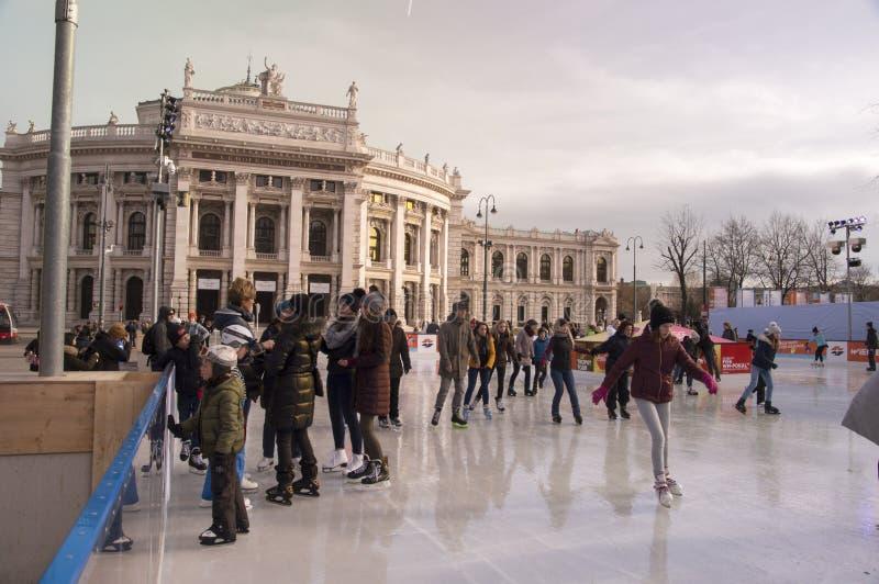 VIENNE, AUTRICHE - 9 mars 2018 : Personnes de patinage de glace à la patinoire annuelle d'Eistraum de saucisse devant l'hôtel de  image stock