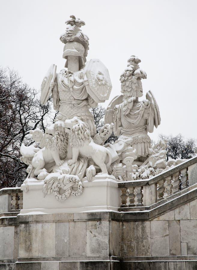 Vienne - Gloriette en palais de Schonbrunn et statue des gardiens en hiver. images libres de droits