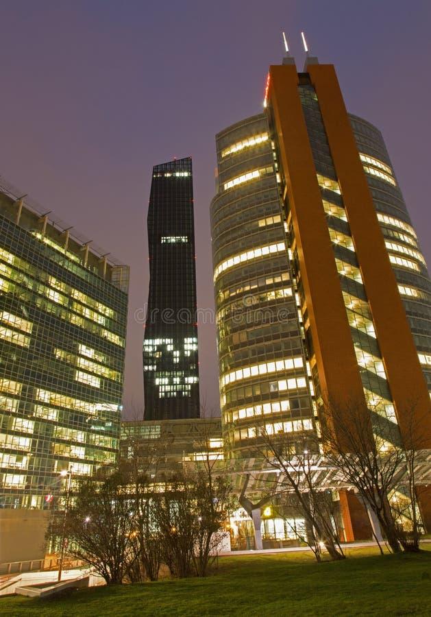 Vienne - hauts bâtiments près d'Unocity dans le crépuscule images stock