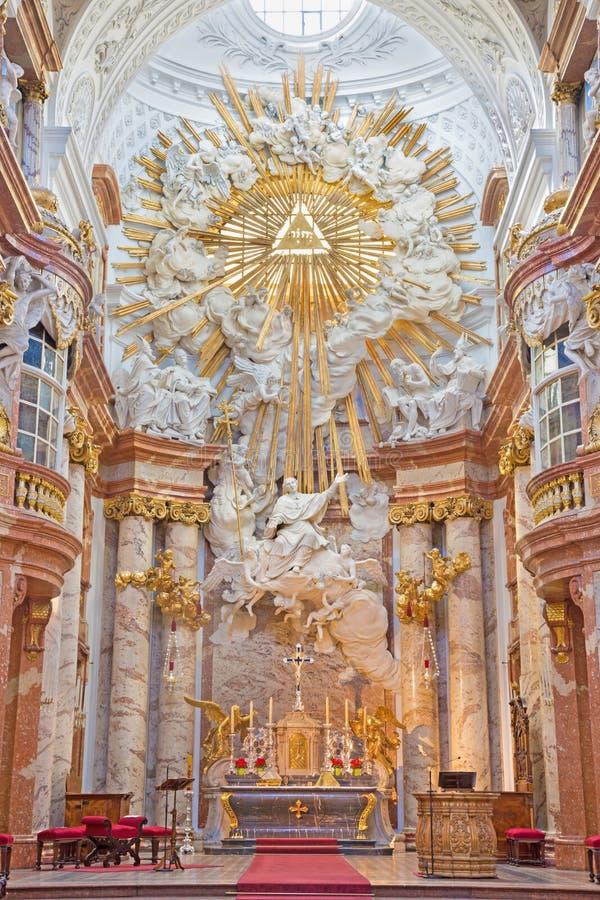 Vienne - l'autel principal baroque de l'église de St Charles Borromeo conçue par Fischer von Erlach image libre de droits