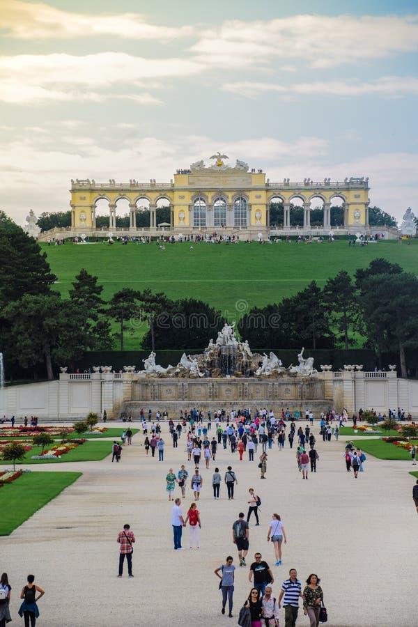 Vienne, l'Autriche, septembre, 15, 2019 - vue des touristes sur la structure de Gloriette et la fontaine de Neptune dans Schonbru photographie stock libre de droits