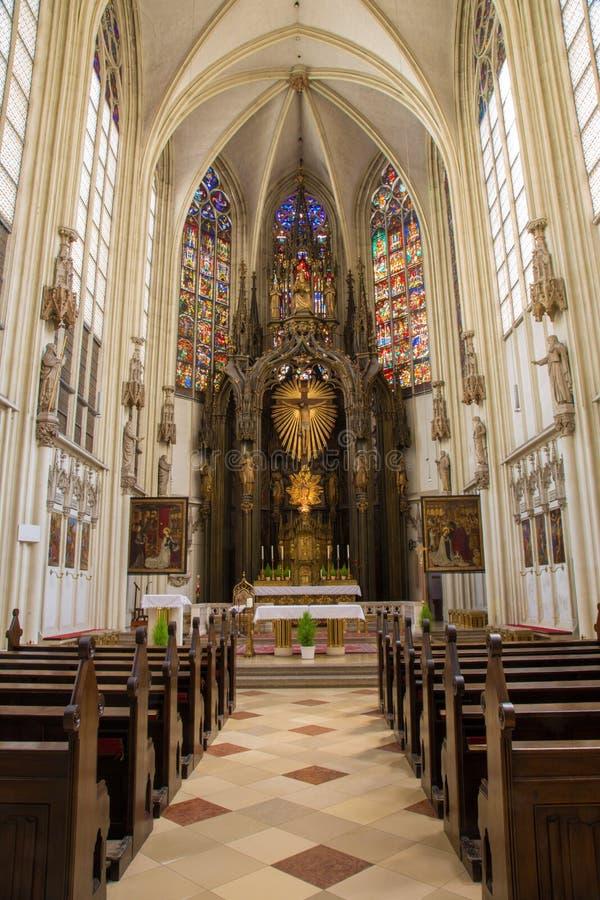 Vienne - presbytère et autel principal avec les corss dans l'église gothique Maria AM Gestade photographie stock libre de droits