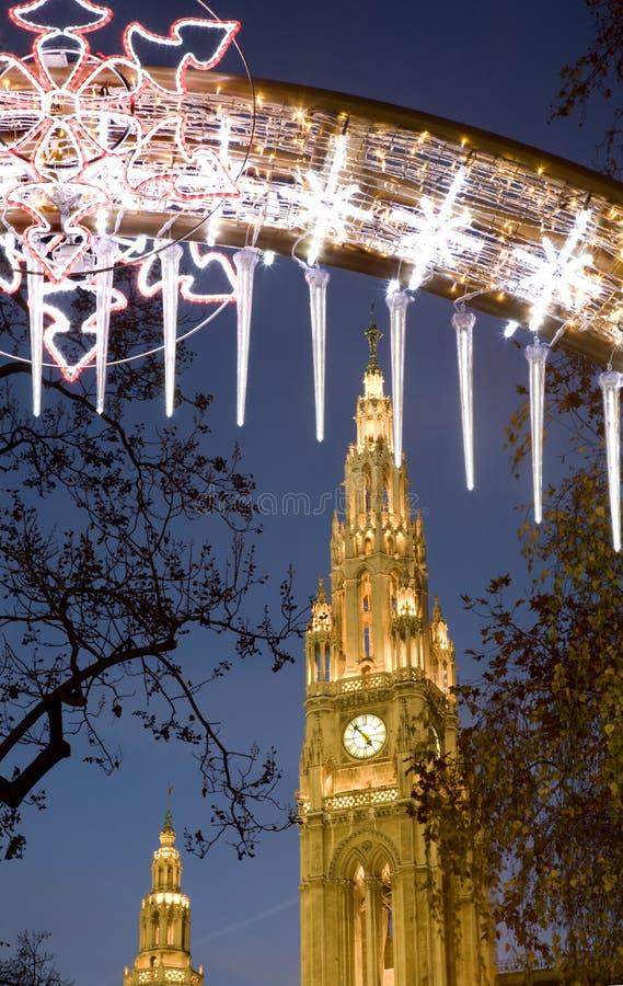 Vienne - townhall par le marché de Noël de la nuit images stock