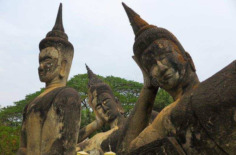 VIENTIANE LAOS - DECEMBER 26 2017: Sikten på forntida skulpturer i Buddha parkerar arkivbild