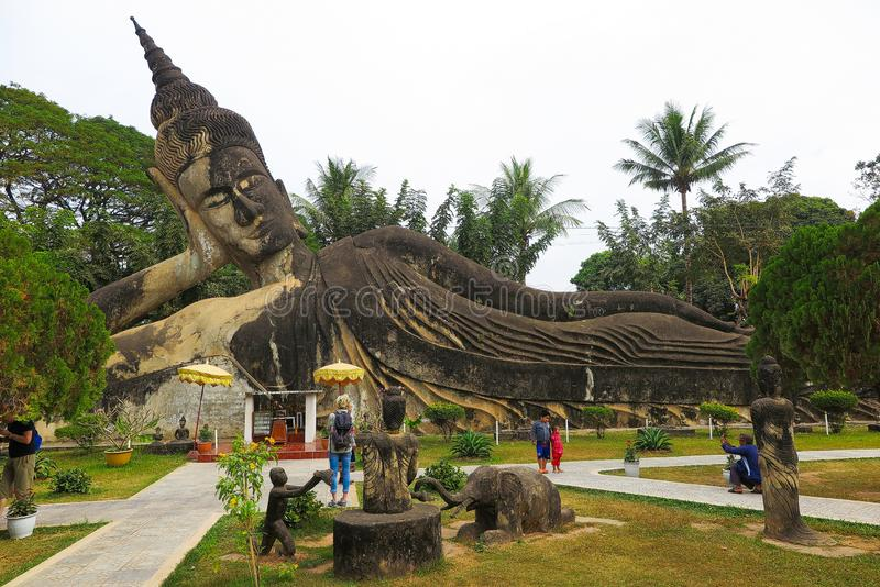 VIENTIANE, LAOS - DECEMBER 26 2017: Weergeven op oude beeldhouwwerken in het park van Boedha royalty-vrije stock fotografie
