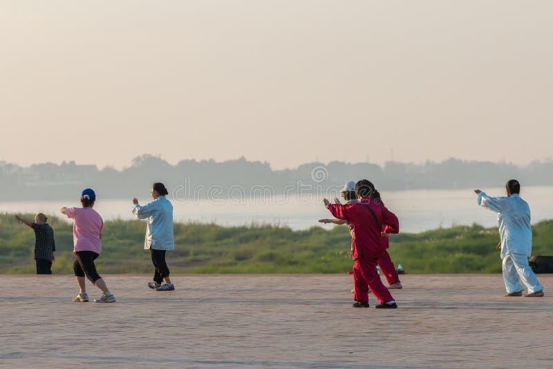 Vientiane, Laos - ottobre 31,2015: Esercizio Tai Chi della gente nel mattino immagini stock libere da diritti
