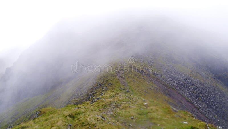 Viento Gap con la nube wispy baja que pasa encima imagen de archivo