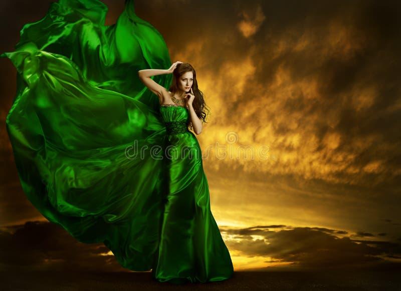Viento que agita del vestido de la moda de la mujer, tela de seda verde del vestido fotografía de archivo libre de regalías