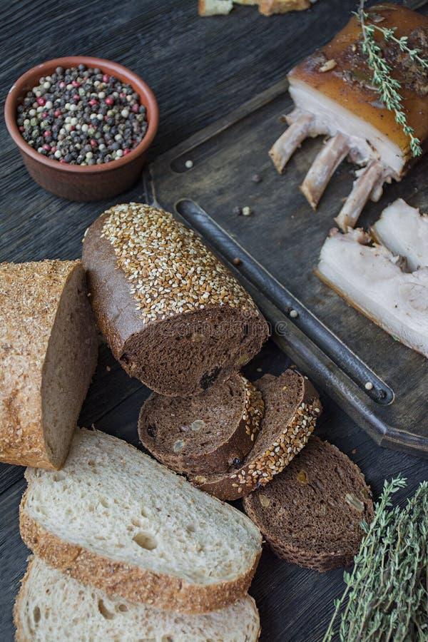 Vientre de cerdo cocido con las especias, tomillo, pimienta amarga, pan fresco Grasa ucraniana Plato tradicional de Ucrania De ma fotografía de archivo