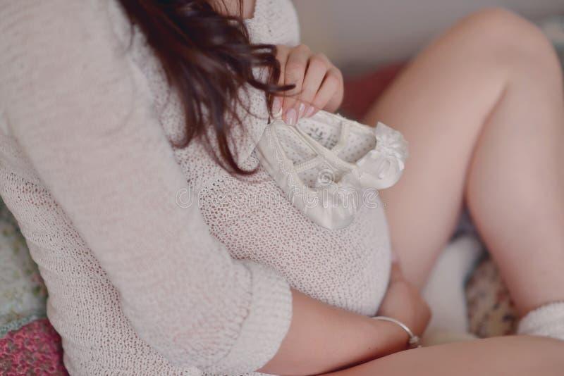 Vientre de la mujer embarazada imagen de archivo libre de regalías