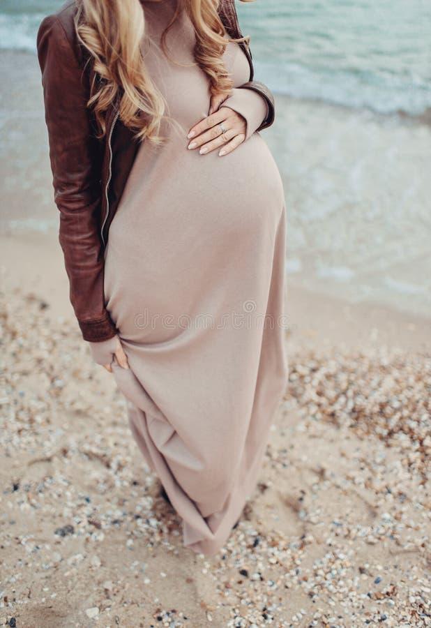 Vientre de la mujer embarazada imagenes de archivo