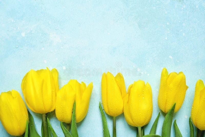 Vier achtergrond met boeket van gele tulpen Hoogste Mening met royalty-vrije stock fotografie